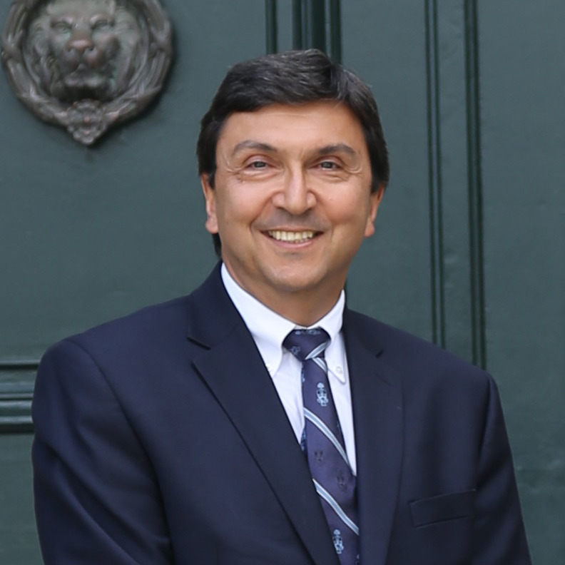 Headshot Dr. David Naylor
